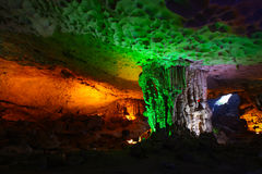 Cave com stalactites e stalagmites com luzes coloridas Imagens de Stock