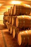 Cave complètement des barils de vin photographie stock