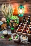Cave complètement des ingrédients pour la bière faite maison photo libre de droits
