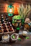 Cave complètement des ingrédients pour la bière faite maison photographie stock