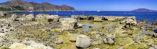 Cave di Calcarenite sulla costa di nordest di Favignana, fotografia stock libera da diritti