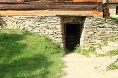 Cave en pierre dans le mus?e en plein air images stock