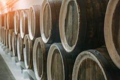 Cave et rangées des barils avec la boisson alcoolisée ou l'alcool, plan rapproché photo stock