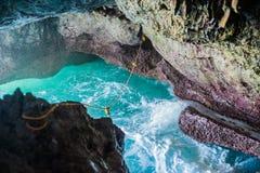 Cave o mar azul do paraíso e o paraíso do abrandamento do céu no turismo da praia Foto de Stock Royalty Free