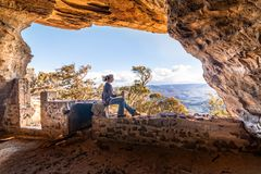 Cave opiniões laterais de refrigeração do penhasco para milhas, turismo do curso fotografia de stock