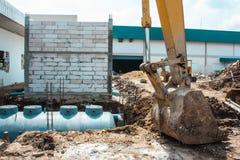 Cave un agujero para el tanque sanitario Imagenes de archivo