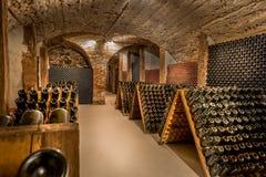 Cave, une rangée des bouteilles de champagne images libres de droits