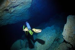 Cavediving in het cenote onderwaterhol stock afbeeldingen