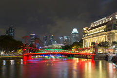 Cavenagh bro i Singapore vid natt Arkivbild