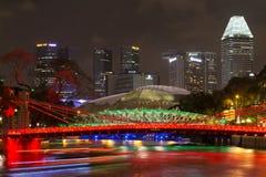 Cavenagh bro i Singapore vid natt Arkivfoto