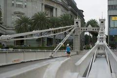 Cavenagh pieszy Bridżowego starego połączenia kulturalny okręg przy północnymi banka i reklamy gromadzkimi południe Singapur rzek Zdjęcia Royalty Free