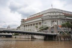 Cavenaghbrug en het Fullerton-Hotel in Singapore royalty-vrije stock fotografie