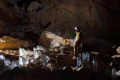 Caver в пещере Mammut Dachstein. стоковая фотография