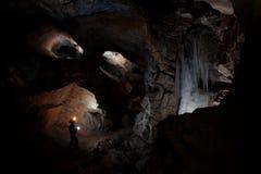 Caver in caverna del mammut di Dachstein fotografie stock
