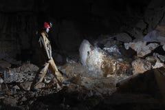 Caver in caverna del mammut di Dachstein. fotografie stock