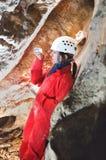 Caver che riceve i dati di indagine durante la mappatura della caverna immagini stock