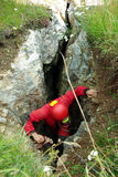 Caver discende in una caverna Fotografie Stock