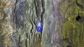 Caver in einem Höhlendurchgang Stockfotos