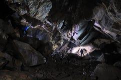 2 Caver in einer Höhle Lizenzfreie Stockbilder