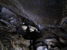 Caver in einer Höhle Lizenzfreies Stockfoto