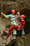 Caver het abseiling in pothole Stock Foto's