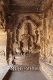 Caverna 3: As figuras cinzeladas de Vishnu assentaram em uma serpente encapuçado chamada Sesha ou Ananta no lado oriental do vera Foto de Stock