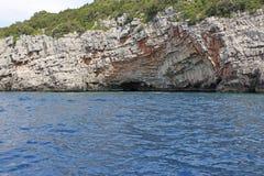 Caverna blu vicino alla fortificazione di Mamula, Montenegro concetto di corsa fotografie stock libere da diritti
