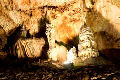 Caverna bonita com muitos estalagmites e Foto de Stock Royalty Free