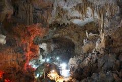 Caverna calcária da caverna ou da pedra calcária na ilha de Ishigaki, Okinawa fotos de stock royalty free