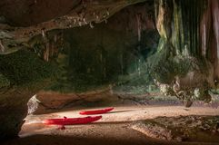 Caverna d'esplorazione del mare di kayak di Koh Talabeng vicino a Koh Lanta, Krab Fotografie Stock