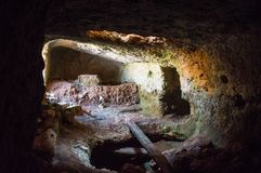 Caverna da prisão perto do castelo do pirata de Antikythera em Grécia Fotos de Stock