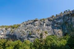 Caverna de Devetashka em Bulgária a vista fora da caverna fotografia de stock royalty free