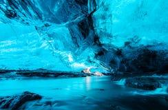 Caverna de gelo azul em Islândia Imagem de Stock