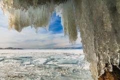 Caverna de gelo com sincelos, inverno o Lago Baikal Rússia Imagem de Stock