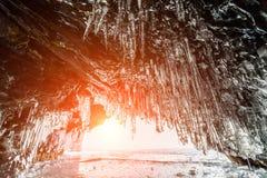 Caverna de gelo com sincelos, inverno o Lago Baikal Rússia Imagens de Stock Royalty Free