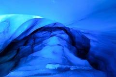 Caverna de gelo do norte ártica em Noruega Svalbard na cidade de Longyearbyen fotografia de stock