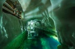 Caverna de gelo legendária na parte superior da geleira de Hintertuxer em Áustria, palácio do gelo natural imagens de stock