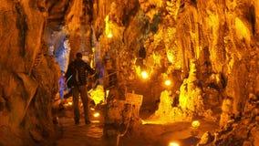 CAVERNA DE MENCILIS, SAFRANBOLU, TURQUIA - EM ABRIL DE 2015: estalactite do curso do grupo do turista