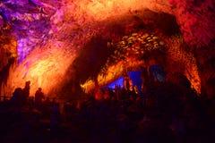 CAVERNA DE POSTOJNA, ESLOVÊNIA - 21 DE DEZEMBRO DE 2017: Iluminação da caverna de Postojna durante o evento de cenas vivas da nat Foto de Stock Royalty Free