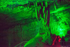 A caverna de Sataplia em Geórgia iluminou-se por cores diferentes Fotos de Stock
