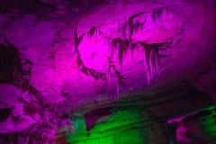 A caverna de Sataplia em Geórgia iluminou-se por cores diferentes Imagens de Stock