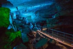 A caverna de Sataplia em Geórgia iluminou-se por cores diferentes Foto de Stock