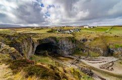 Caverna de Smoo abaixo da vila de Durness, Sutherland imagens de stock