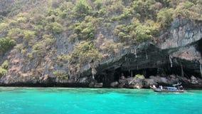 Caverna de Viking onde os ninhos do ` s do pássaro são recolhidos Ilha de Phi-Phi Leh, Tailândia vídeos de arquivo