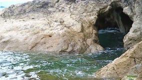 Caverna del mare ad alta marea archivi video