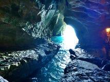 Caverna del mare con luce solare Immagini Stock