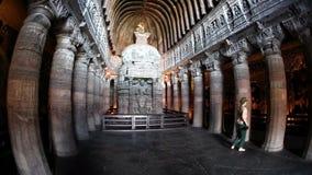 Caverna di Ajanta del turista video d archivio