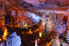 Caverna di Avshalom, anche conosciuta come la caverna di Soreq, grandi stalattiti scava vicino a Bet Shemesh immagini stock