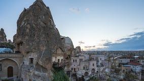 Caverna di Cappadocia con la vista del giorno dell'orizzonte della città all'intervallo di notte in Goreme, Turchia stock footage