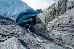 Caverna di ghiaccio al ghiacciaio di Worthington nell'Alaska Stati Uniti di Ameri fotografie stock libere da diritti